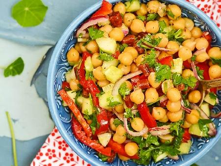 Лесна салата с нахут, червени чушки и краставица - снимка на рецептата